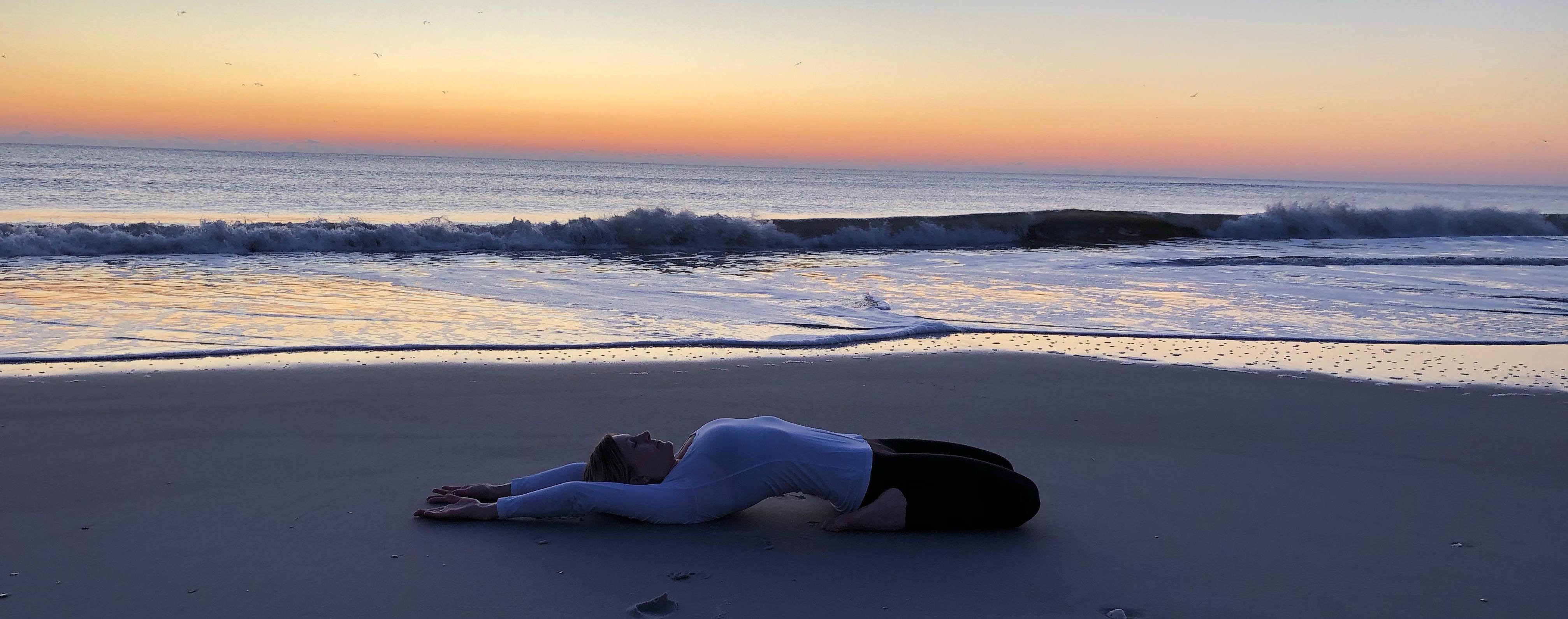 Sadlen yoga på stranden